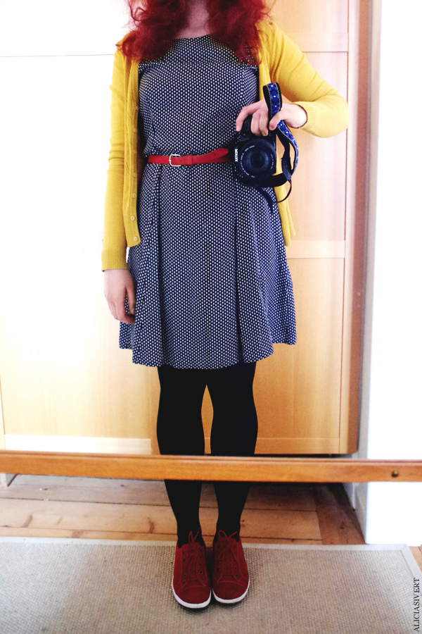 aliciasivert, alicia sivertsson, senap, mustard cardigan, red, blue, dotted dress, prickig klänning, red shoes, röda skor, senapsgul kofta, myrorna, begagnat, second hand