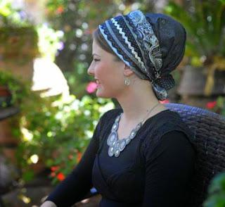 """Enseña Rabi Najmán: Es una gran mitzvá estar siempre alegres. Esfuérzate en alejar toda depresión y tristeza. Todos tienen muchos problemas y es naturaleza del hombre el ser atraído por la tristeza. Para escapar de esas dificultades trae siempre alegría a tu vida, """"aunque debas recurrir a la tontera"""". (Likutey Moharán II, 24). Descubre cómo la sabiduría del Rabi Najmán de Breslev puede cambiar tu vida."""