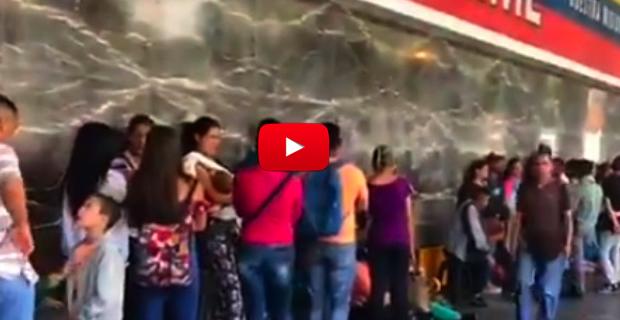 Miles de personas esperan días enteros para sacarse su pasaporte en el SAIME