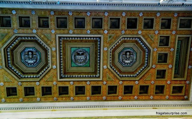 Decoração do teto do adro da Basílica de São Paulo Extramuros, em Roma