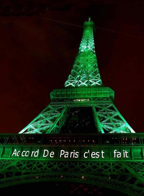 """O anúncio luminoso foi feito para comemorar em 2015. Mas hoje a leitura é outra: """"O Acordo de Paris já era""""."""