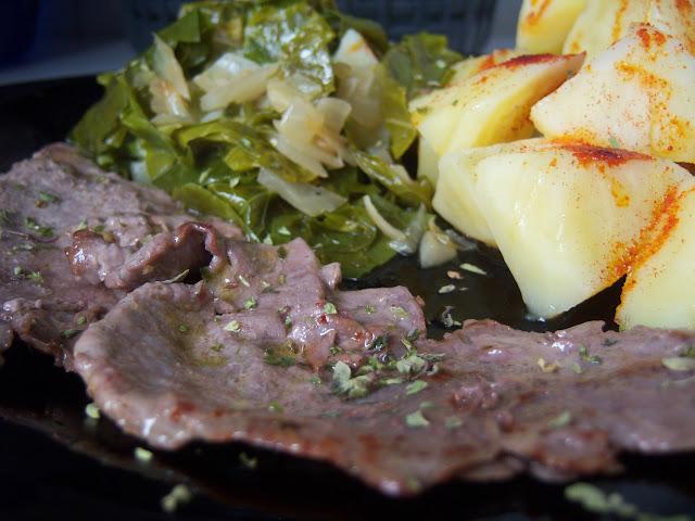 Plato de acelgas y patatas cocidas, acompañado de filetes de ternera a la plancha