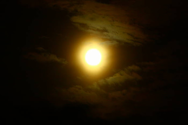 Saat metering tidak diarahkan ke bulan maka eksposur yang diberikan akan membuat bulan menjadi over eskposur