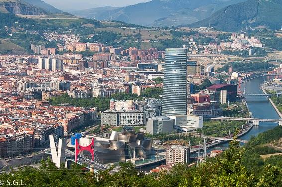Vista de Bilbao desde Archanda. Carola la grua mas bonita de Bilbao