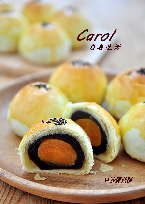 Carol 自在生活 : 豆沙蛋黃酥 ( 附實作影片 )
