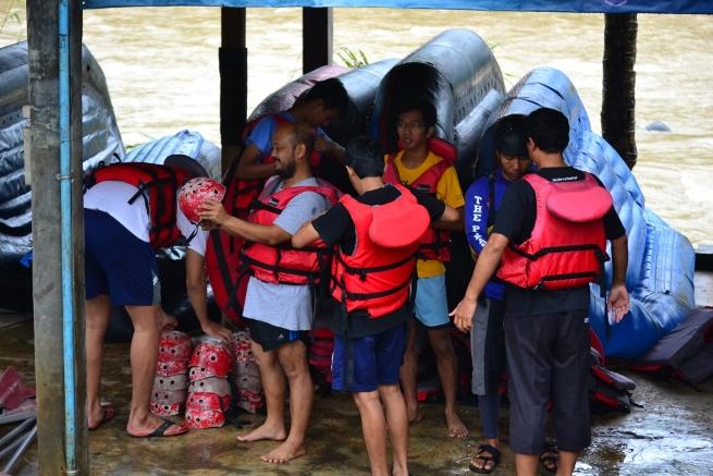 Jajal Adrenalin Bermain Rafting di Sungai Serayu