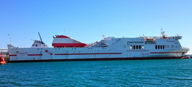 Ferry y buque