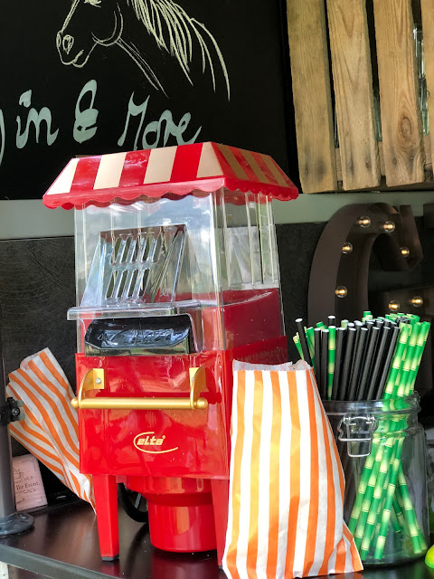 Popcorn Automat, Horsebox-Bar, Bayern, pop-up Bar, mobile Bar, Deutschland, Gin-Bar, Bar im Pferdehänger, Garmisch-Partenkirchen, Hochzeit, Events, Geburtstag, Feiern, Party-Bar, Bar mieten, Gin Tonic, Garmisch-Partenkirchen, Murnau, München, Bar im Pferdeanhänger