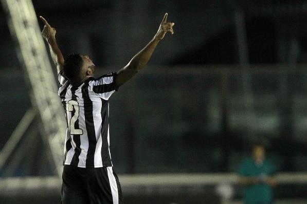 Golaço garante o empate do invicto Botafogo com o Vasco