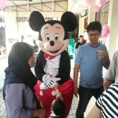 Badut Karakter Mickey mouse di acara ulang tahun anak