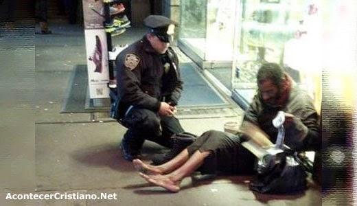 Policía compra botas a un mendigo descalzo