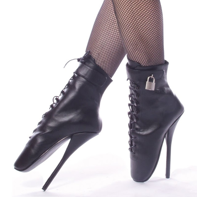 ... con queste scarpe in pelle e zoccoli pesanti puoi facilmente scalciare  ogni uomo che non ti frusta abbastanza forte fd2dff02044