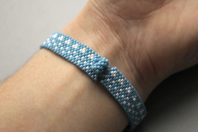 купить простой браслет на каждый день голубое украшение из бисера