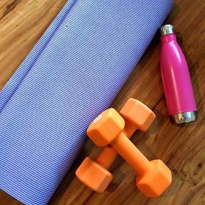 5 Ways to Workout from Home with little or no equipment www.livingyoungandhealthy.com #homeworkout #homefitness #dumbbells #fitnessapps