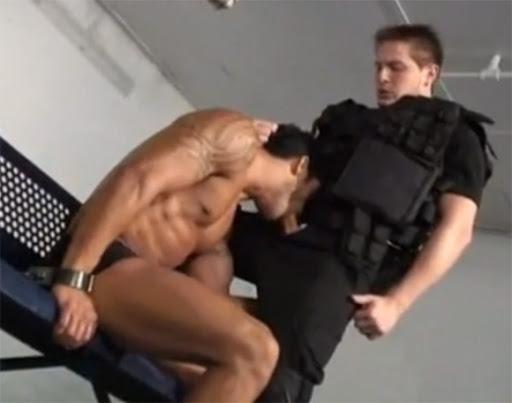Policial linha dura come o cú do presidiário