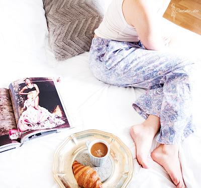 piżama w motyw paisley, kawa, croissant