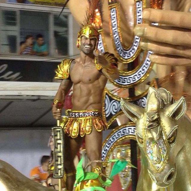 Pé Zambom desfilou de Hércules na avenida XV de Novembro. Foto: Sislay Margarida