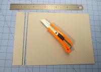 Cortamos las piezas para hacer móvil la tapa delantera del libro de firmas.