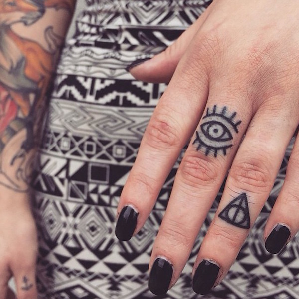 30-Amazing-Attractive-Finger-Tattoo-Styles-15