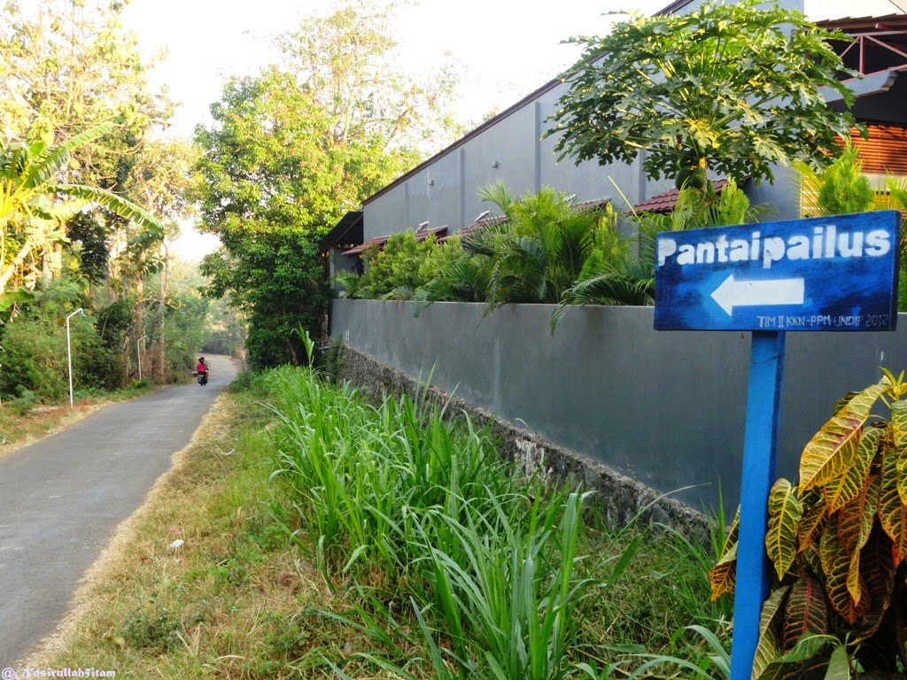 Gapura dan papan petunjuk arah ke pantai Pailus, Karanggondang, Jepara
