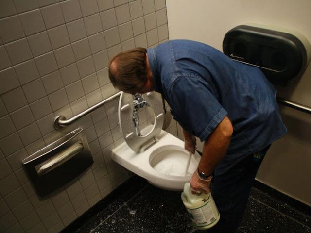 Gambar Cara Membersihkan Wc atau Toilet yang Berkerak Pada Kloset Jongkok
