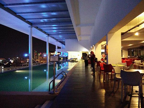 tempat makan sebelah swimming pool