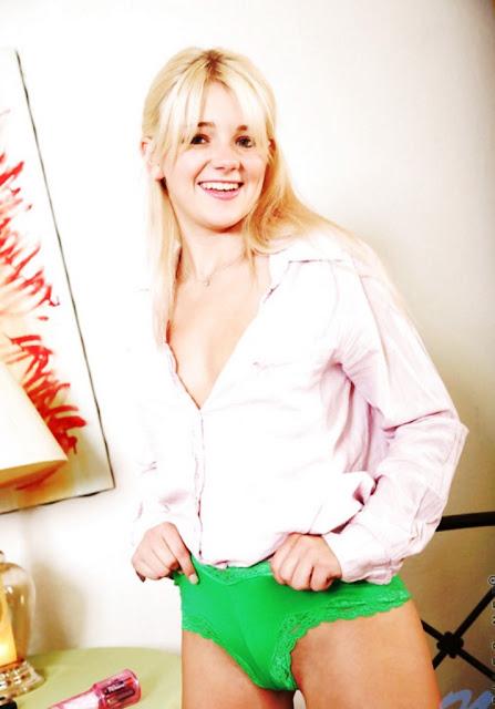 Эротика ню: Блондинка снимает трусы www.eroticaxxx.ru - девушки без трусов