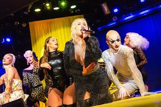 cristina aguilera en escenario con drags