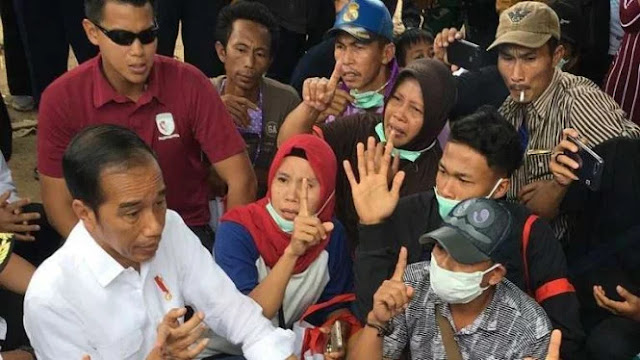 Cueknya Bapak Ini Merokok di Samping Jokowi