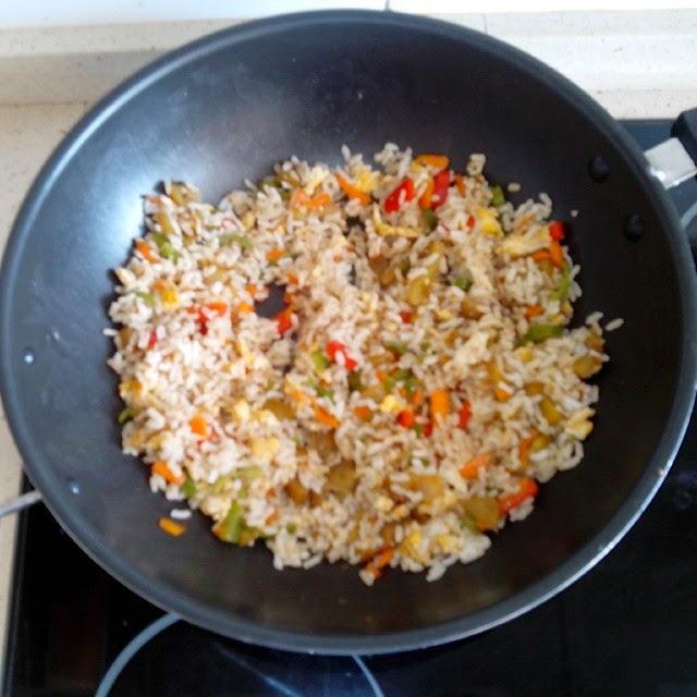 Imagen del wok de arroz con verduras y huevo