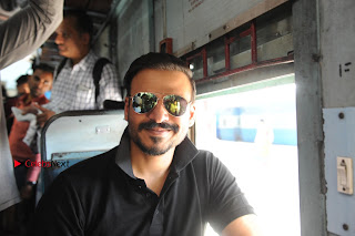 Bollywood Actor Vivek Oberoi Snapped Travelling by Local Train to Kelve  0023.JPG