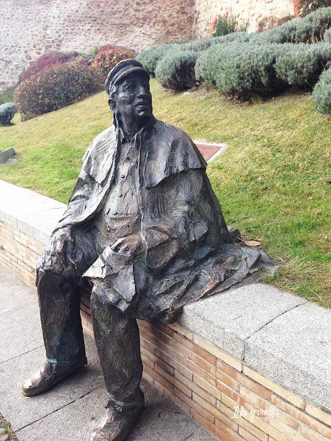 El poeta José Ledesma descansa junto a la muralla