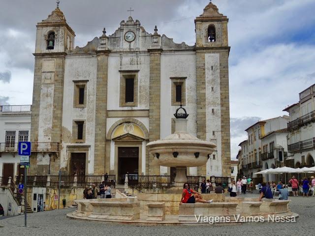 Praça do Giraldo, centro da cidade de Évora. Destaque para a fonte e a Igreja de Santo Antão
