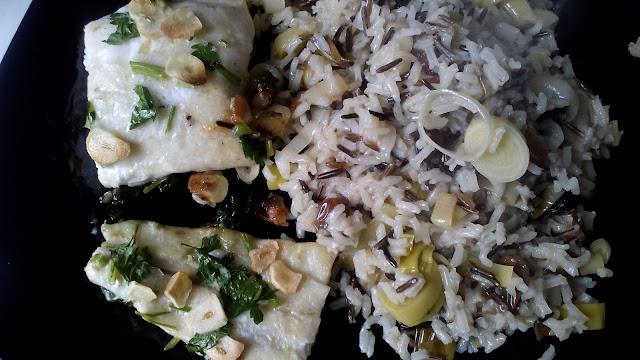 Fotografía de merluza con guarnición de arroz y puerros.