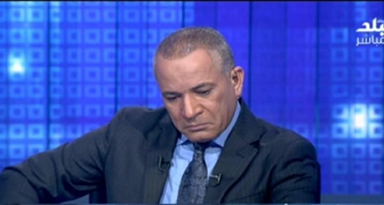 تصرف غير متوقع من أحمد موسى لحظة تلقيه خبر وفاة والده على الهواء