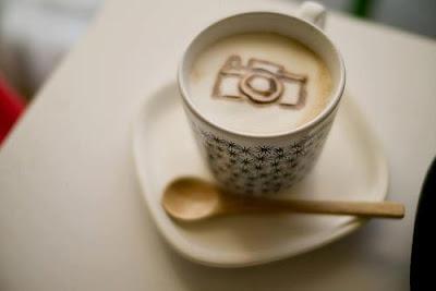 """Xícara de café com espuma em formato de máquina fotográfica. Fotografia da comunidade """"Procura-se fotógrafo""""."""