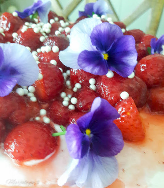 mansikkakakku orvokin kukat koristeena
