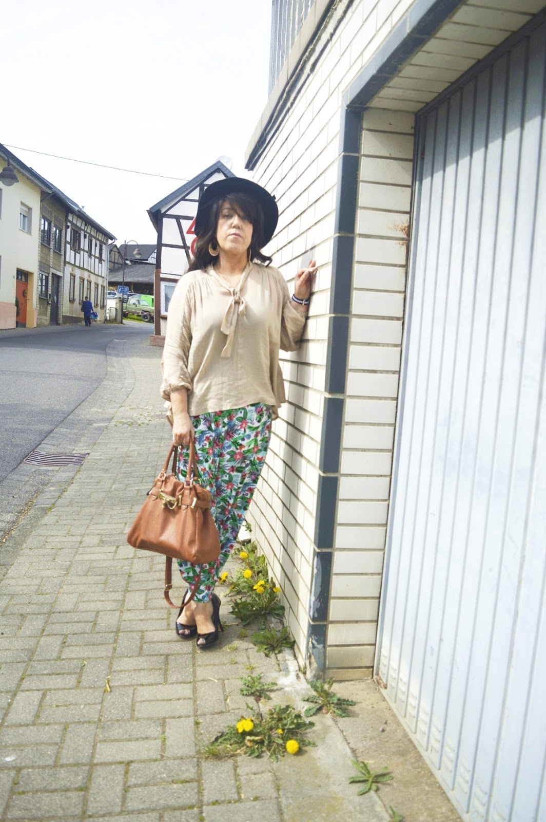 Harem pants & blouse Outfit Photo 3