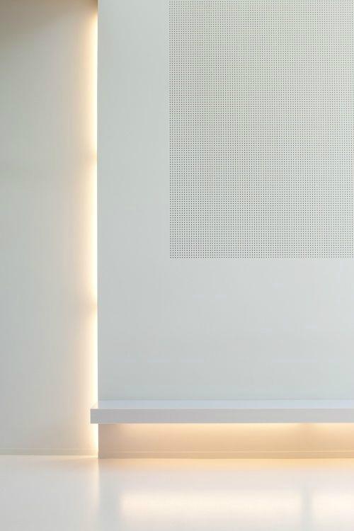 Weiße Wand kombiniert mit warmen indirekten Licht