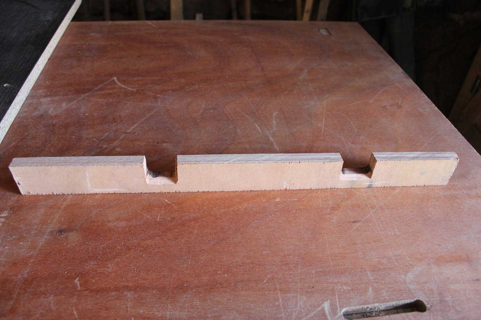 Guide edge for crosscut saw table