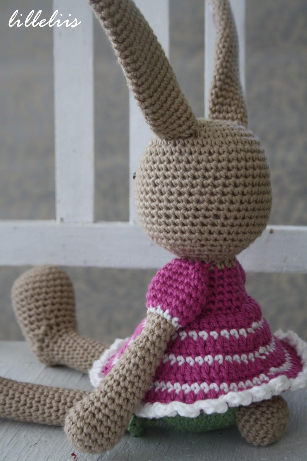 d59d54019d0 Mõeldud just väikestele tüdrukutele. Tal on jalga heegeldatud satsiga  püksikesed ning seljas triibuline puhv-varrukatega kleit.