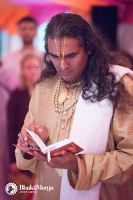 Paramahamsa vishwananda czyta Bhagawad Gite