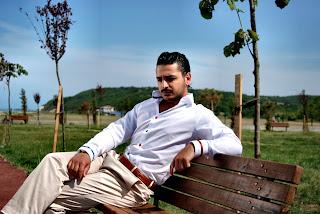 parkta yanlız oturan yakışıklı erkek