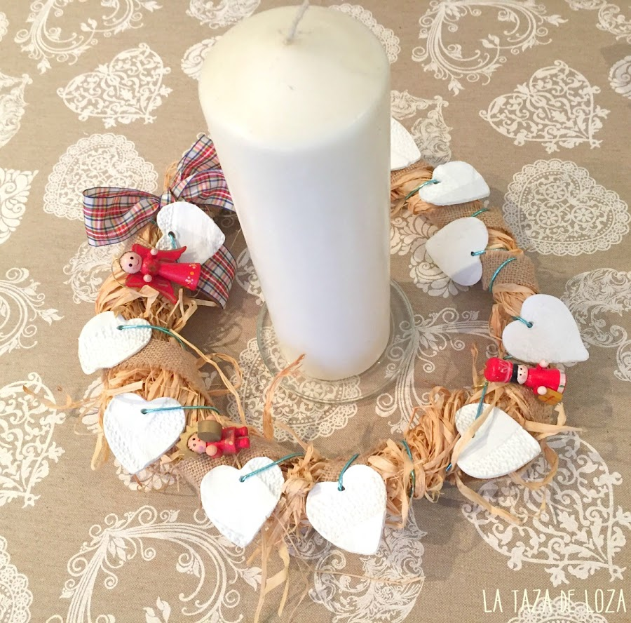 Corona de navidad en centro de mesa
