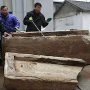 Дорожные рабочие нашли под землей загадочную гробницу