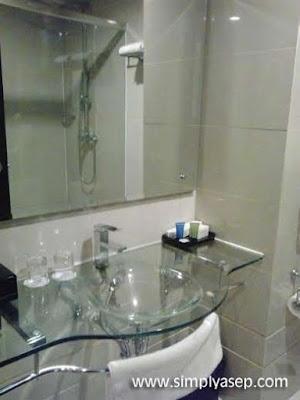 Wastafel di dalam kamar mandi Deluxe Room ASTON Pontianak Hotel