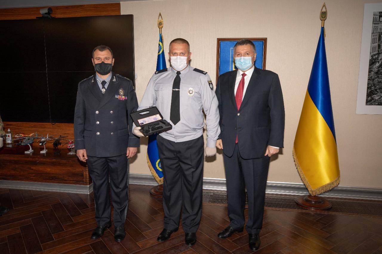 Аваков нагородив зброєю поліцейських, які затримували полтавського терориста