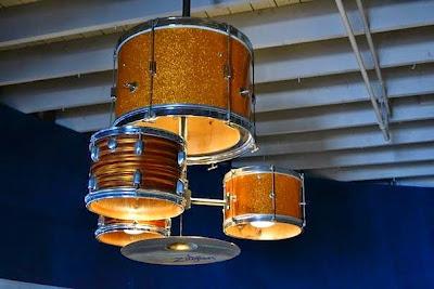 Una lampara hecha con una batería.