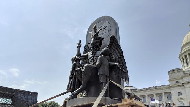 Con enorme ídolo diabólico satanistas piden retirar un monumento cristiano en EE.UU.