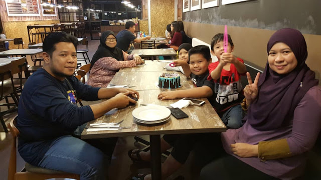 Sambut Birthday Octoberians Di Charcoal Restaurant